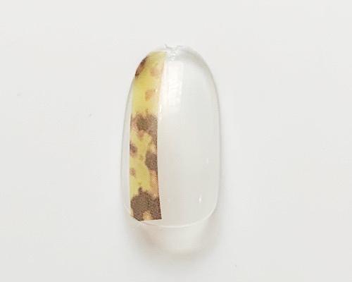 親指と薬指にシールを貼る